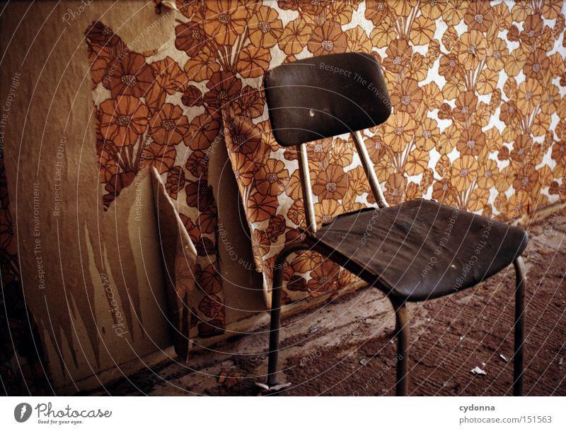 Platzhalter Wand Raum Zeit retro Stuhl Häusliches Leben Vergänglichkeit Tapete verfallen Möbel Verfall Vergangenheit DDR Nostalgie Zerstörung Rest