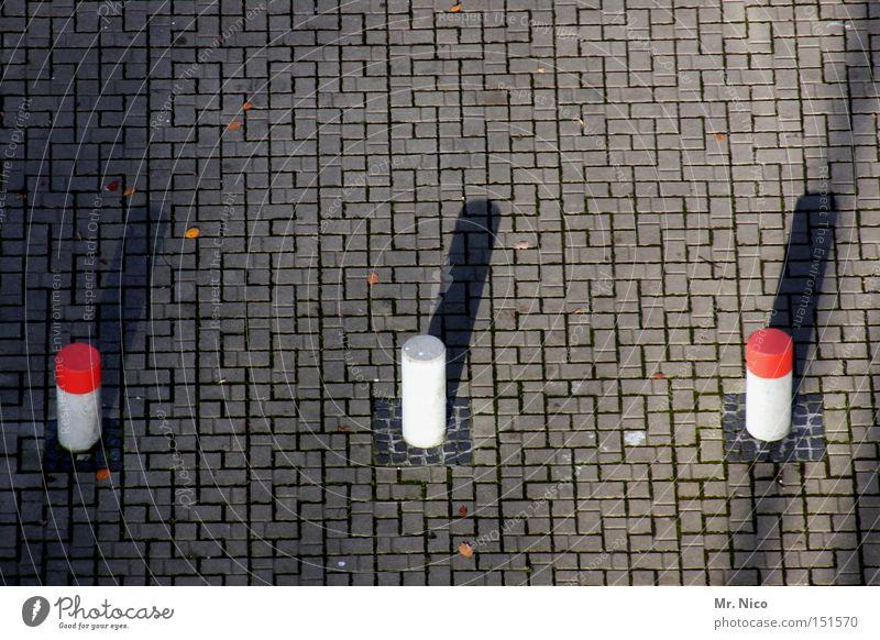 l/ l/ l/ Sackgasse Grenze Poller 3 rot-weiß Schatten Muster links rechts Warnhinweis Warnschild Verkehrswege gefährlich Pfosten Kopfsteinpflaster Mitte trio