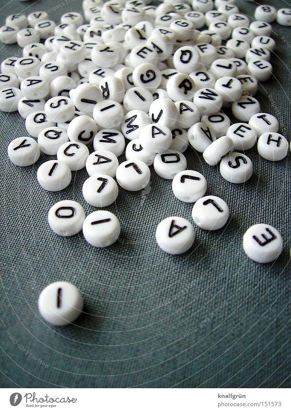 Buchstaben - ohne Suppe Schriftzeichen Kommunizieren rund grau schwarz weiß Lateinisches Alphabet Großbuchstabe Perle Wort Sprache Letter Perlenbuchstaben