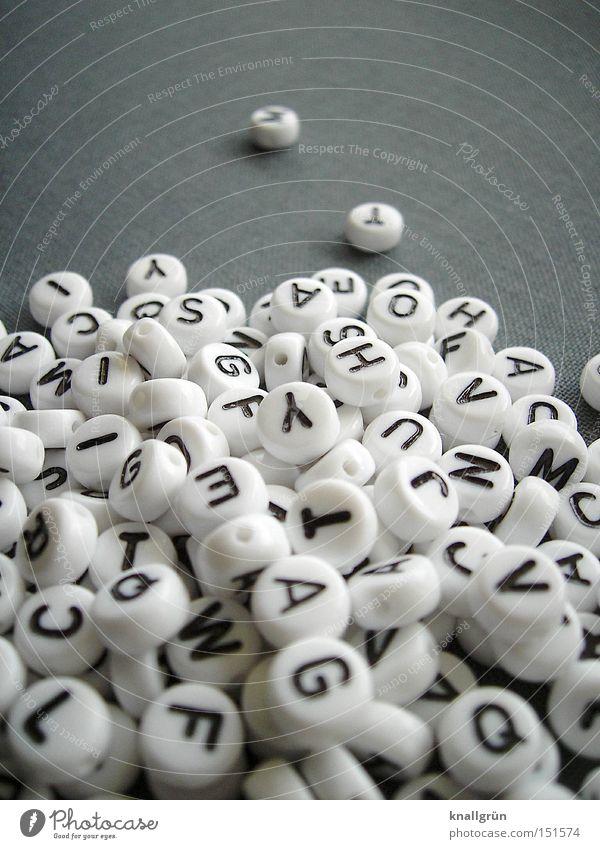 Deutsche Sprache - schwere Sprache weiß schwarz grau Kommunizieren Schriftzeichen Buchstaben Perle Wort Haufen Lateinisches Alphabet Großbuchstabe