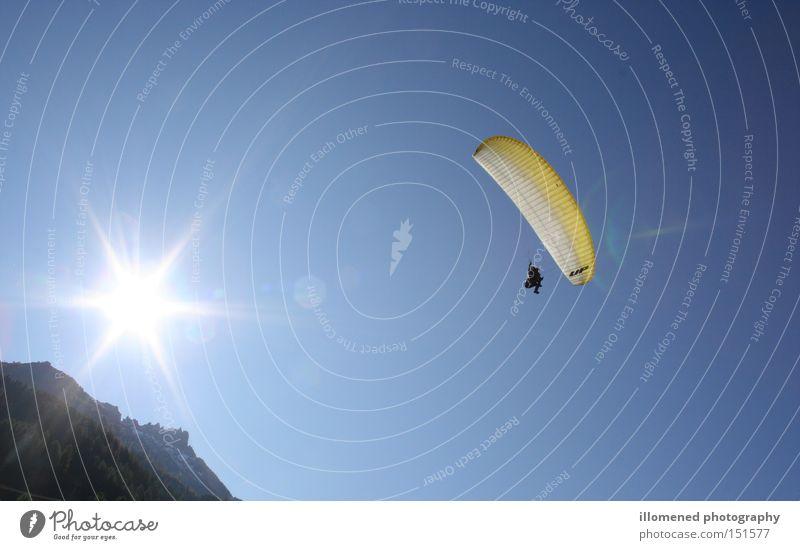 Mit der Sonne im Rücken Gleitschirmfliegen gleiten Sport Extremsport Spielen Stubaital Paramountgliding Neustift Luftverkehr Elfer 11er Hangstart