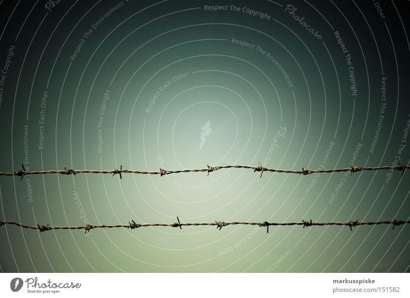 grenzverlauf Grenze Draht Stacheldraht gefährlich Grenzübergang Trennlinie Schranke Barriere historisch Detailaufnahme Angst Panik Metall bedrohlich