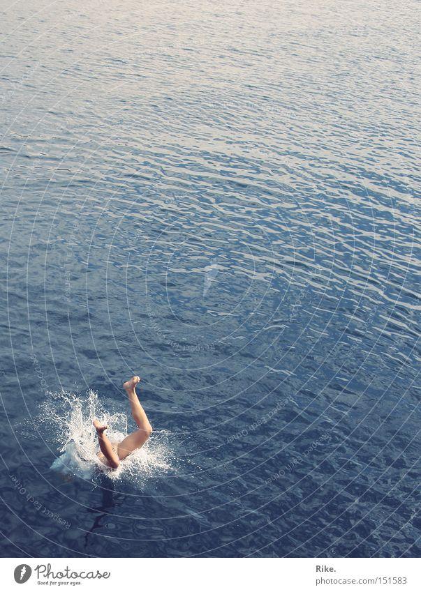 Tauche ein. blau Wasser Ferien & Urlaub & Reisen Sommer Meer Freude Spielen springen Beine Schwimmen & Baden fallen tauchen spritzen untergehen hüpfen