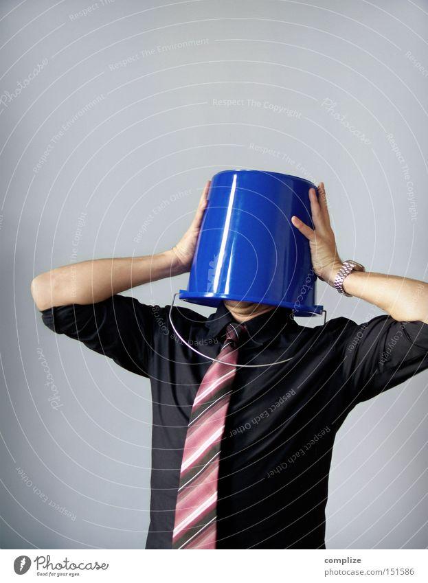 Au weia! Mensch Mann Erwachsene Kopf lustig Ende Kreativität Hemd Stress verstecken Karriere anonym Witz Scham Krawatte Helm