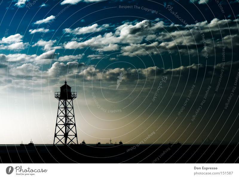 Leuchtturm in Bremerhaven Strand Hafen Schifffahrt Lampe Beleuchtung Licht Wasserfahrzeug Wolken Himmel Küste Meer See Laterne Sand Sandstrand Ebbe Flut