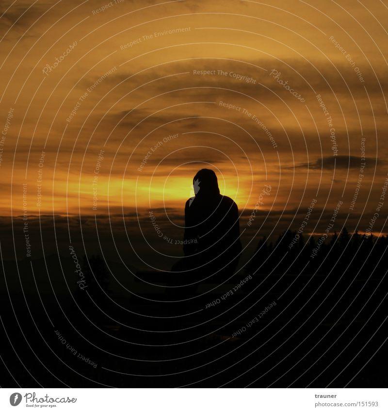 Im Schatten des Untergangs Mensch Mann Himmel Sonne Wolken Einsamkeit Herbst Denken sitzen Bank Meditation Langeweile verloren