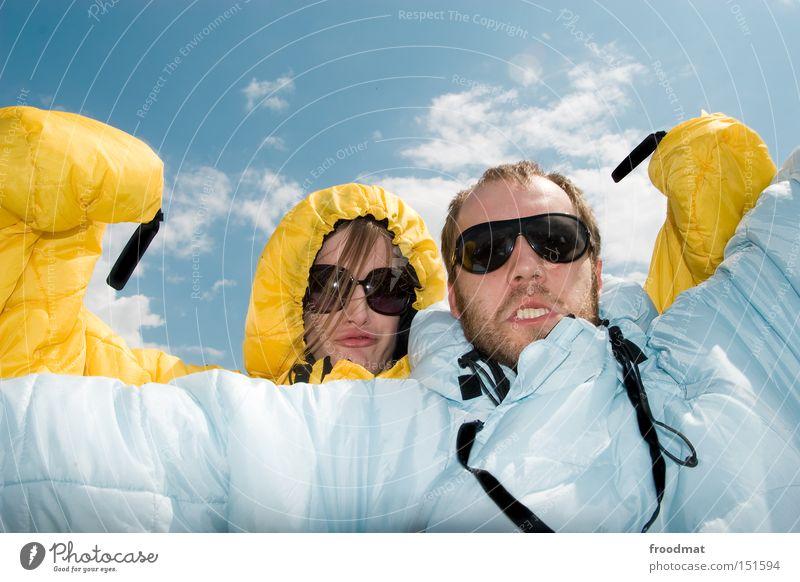we are strong! Jugendliche Himmel Sommer Freude Gesicht Wärme Kraft lustig verrückt Coolness stark Sonnenbrille Schlafsack