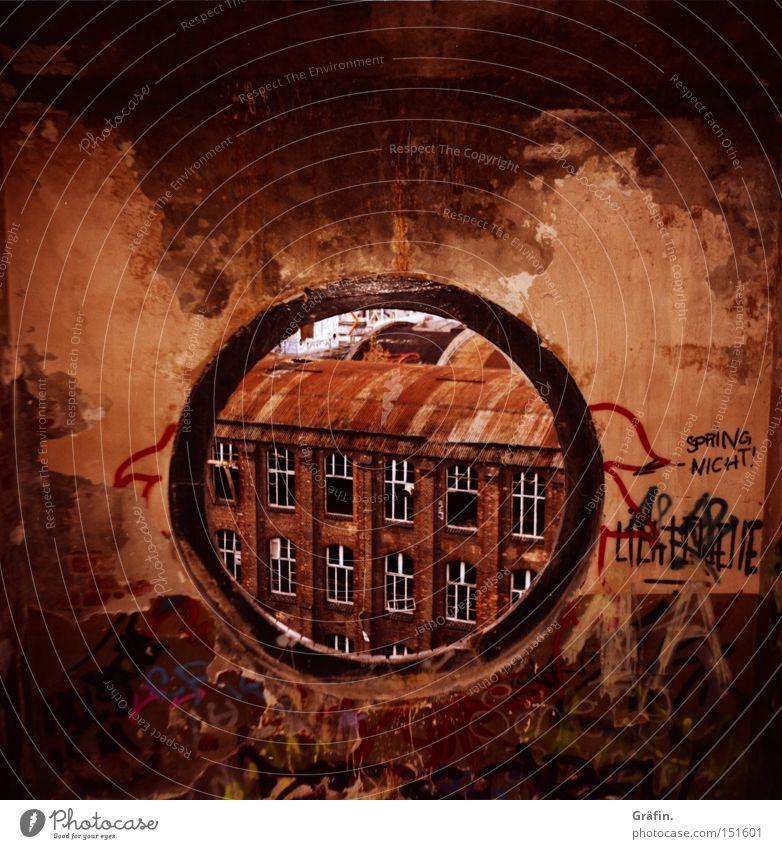 H 08.2 Guckloch Treppenhaus Fenster rund Aussicht kaputt dreckig Fabrik Etage Demontage verfallen Graffiti Fabrikhalle Gebäude Hannover Zerstörung Vandalismus