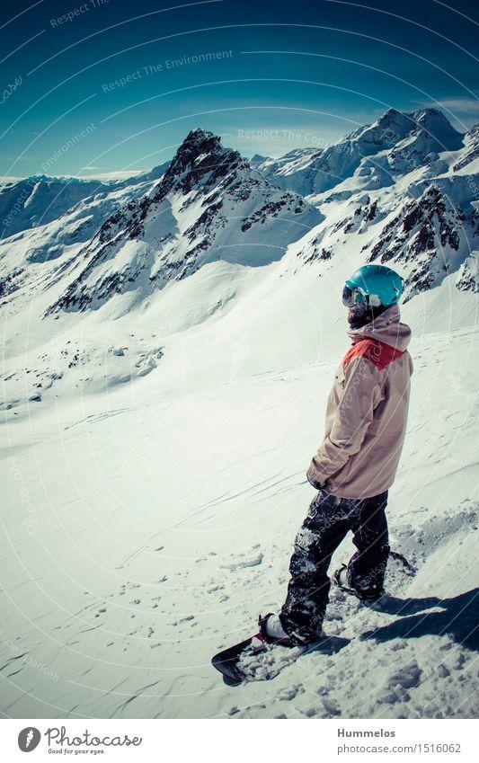 Snowboarder vor atemberaubender Bergkulisse Mensch Landschaft Freude Winter Berge u. Gebirge Erwachsene Schnee Sport Lifestyle maskulin Abenteuer Coolness Alpen