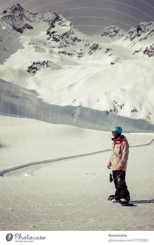 Mann vor atemberaubender Bergkulisse Lifestyle Freizeit & Hobby Ferien & Urlaub & Reisen Abenteuer Winter Schnee Winterurlaub Berge u. Gebirge Sport Wintersport