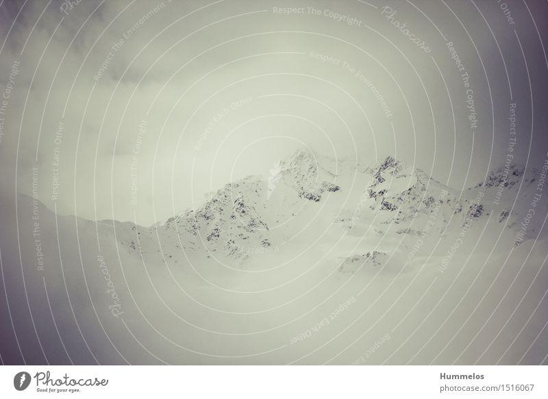 Mystischer Berg im Nebel Natur Landschaft Winter Alpen Berge u. Gebirge Gipfel Schneebedeckte Gipfel ästhetisch mystisch Wolken weiß geringe Kontraste Farbfoto