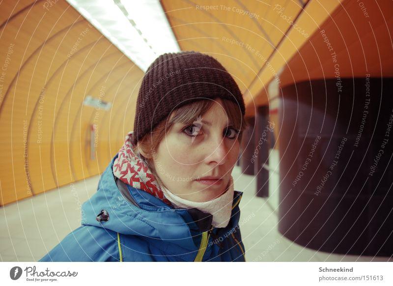 Untergrund Frau Gesicht Einsamkeit orange Eisenbahn Spaziergang München U-Bahn Europa unterirdisch Bayern gehen Marienplatz
