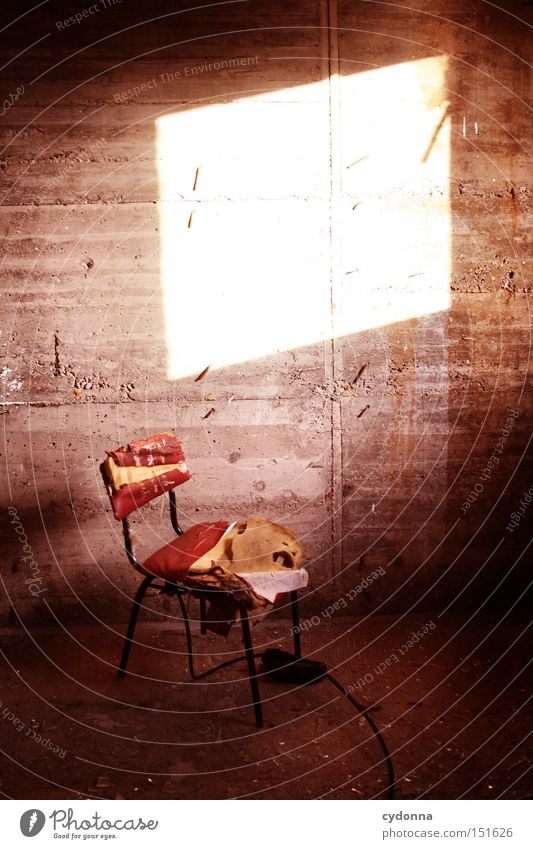 Unbesetzbar Beton retro Stuhl Ostalgie Nostalgie Möbel Häusliches Leben Vergangenheit Zeit DDR Verfall Zerstörung Leerstand Wand Raum verfallen Vergänglichkeit