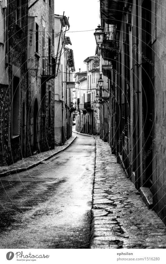 Street Dorf Kleinstadt Stadt Stadtzentrum Altstadt Haus Einfamilienhaus Bauwerk Gebäude Architektur alt ästhetisch schwarz weiß Mallorca Schwarzweißfoto