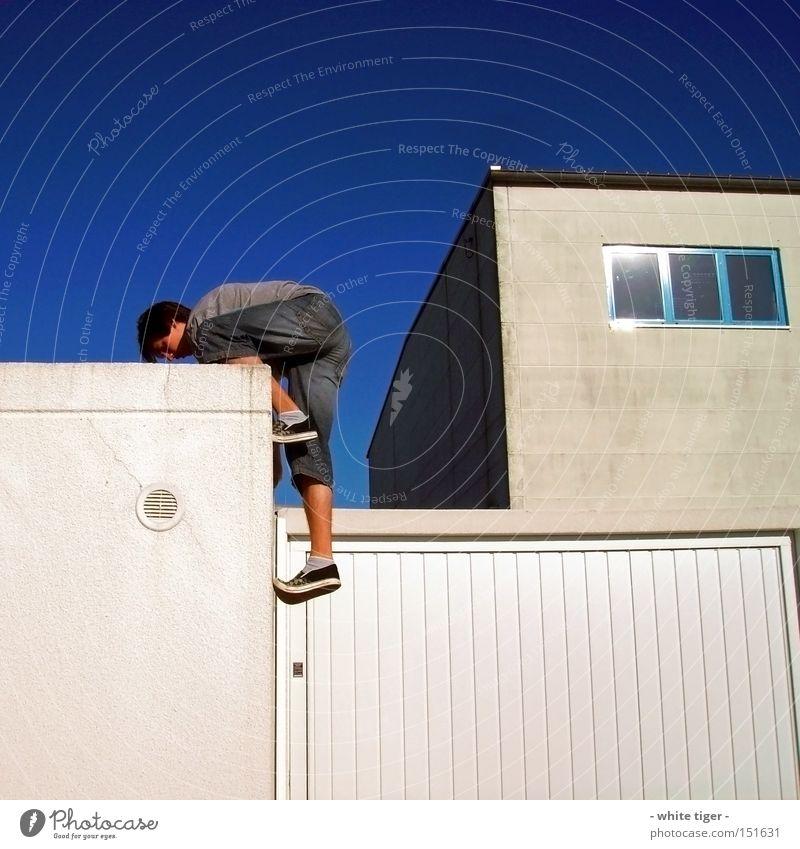 Grenzen überwinden Mensch Mann weiß Erwachsene Freizeit & Hobby Kraft außergewöhnlich Jeanshose Klettern Jeansstoff Lagerhalle Garage extrem Le Parkour erobern Extremsport