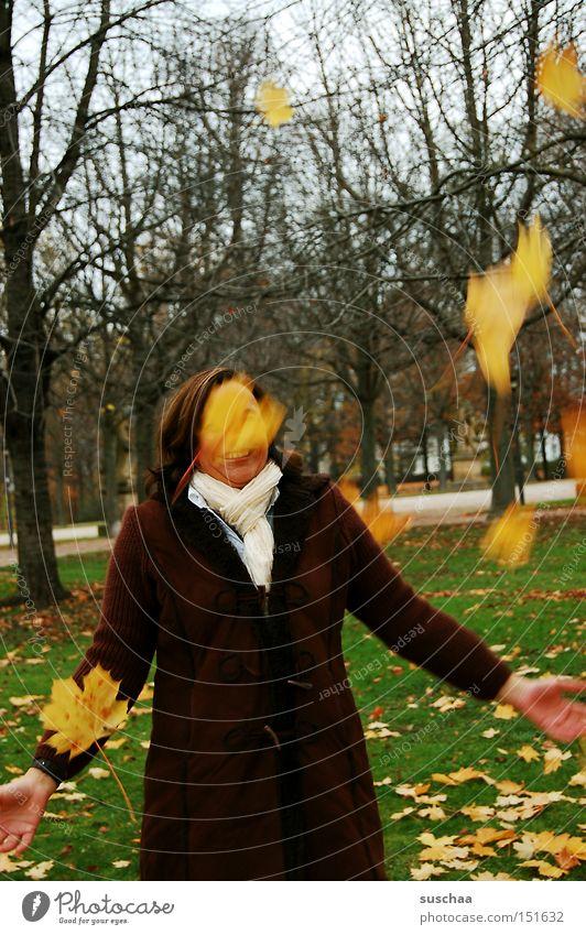 frau holle? Frau Baum Freude Blatt kalt Herbst Bewegung fallen Jahreszeiten Mantel werfen Schal Krankheit