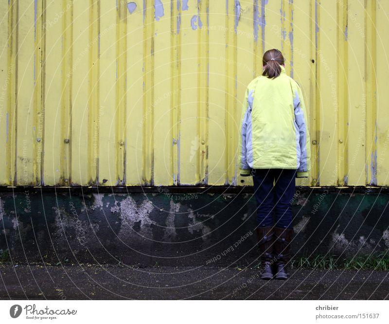 Lack ist ab! Einsamkeit gelb Farbe Wand Mode Industrie Trauer trist verfallen Jacke verstecken Verzweiflung Blech Tarnung abblättern