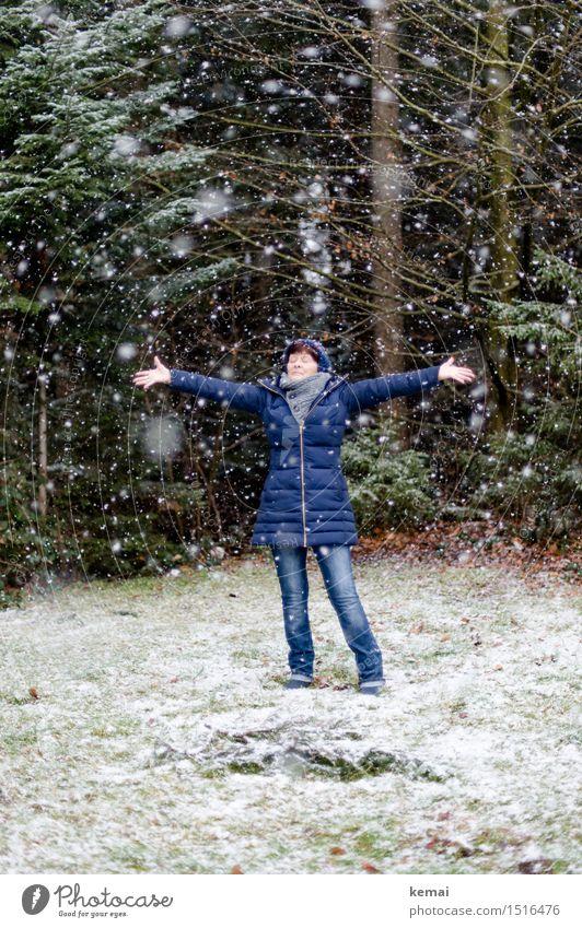 Spieltrieb | Schneespaß Mensch Frau Natur Freude Winter Wald kalt Erwachsene Leben Senior Wiese feminin Stil Lifestyle Spielen
