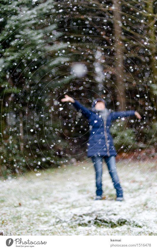 Frau Holle is back Wellness Leben Spielen Freiheit Winter Schnee Mensch feminin Erwachsene 1 Schneefall Wald Jeanshose Mantel Mütze Bewegung genießen Tanzen