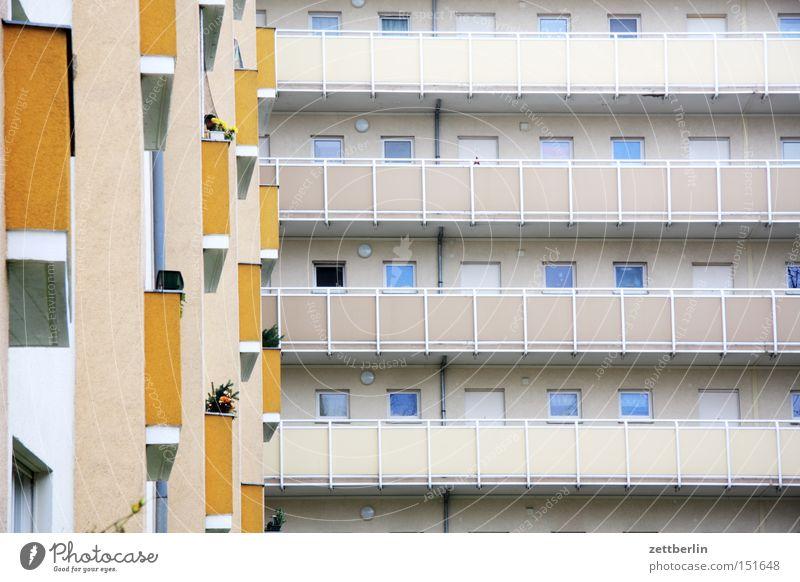 Mittlere Wohnlage Haus Neubau Neubausiedlung Block Wohnhochhaus Plattenbau Fassade Balkon Fenster Fensterfront Mieter Vermieter Häusliches Leben Berlin