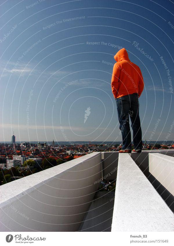steht wie ne eins Mensch Himmel Freiheit Gebäude Denken orange Horizont Beton hoch Zukunft stehen Macht Dach Klarheit Kapuze
