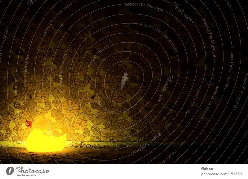 Ein Licht geht auf Tapete Ente Badeente Schwimmen & Baden Wand retro old-school Muster gelb Blume dunkel Lampe Beleuchtung verfallen obskur