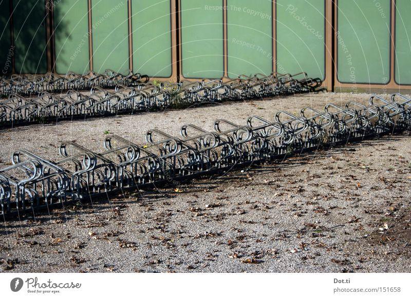 Zwangsurlaub grün Einsamkeit Wand Schulgebäude leer Freizeit & Hobby Reihe Verkehrswege Parkplatz parken Kies Hof Fahrradständer