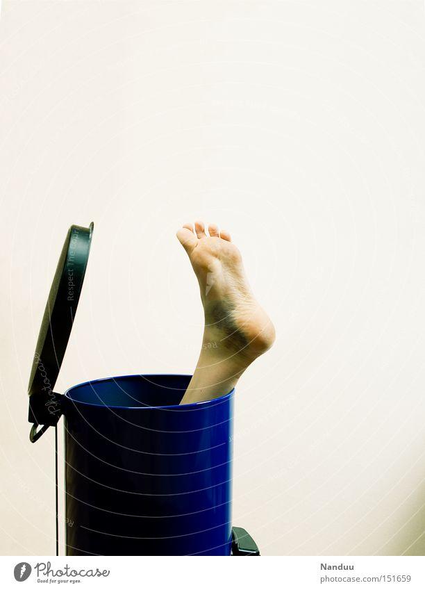 Kannst wegschmeißn Müll Fuß Beine Kriminalität makaber Müllbehälter wegwerfen kaputt Bluterguss brutal Schaden zerstören gebraucht Schmerz obskur