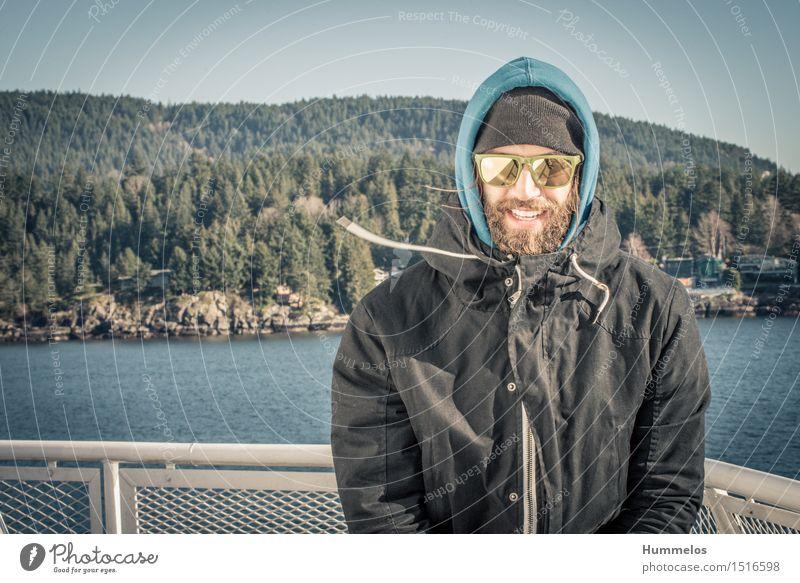 Portrait im Wind Mensch Erwachsene 1 30-45 Jahre ästhetisch Coolness Amerika Road Trip Porträt Mann bart fähre sonnebrille winter negative space wind Farbfoto