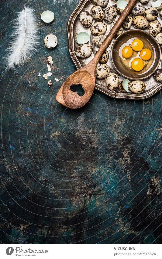 Wachteleier mit Kochlöffel auf rustikalem Hintergrund Lebensmittel Ernährung Frühstück Mittagessen Teller Schalen & Schüsseln Löffel Stil Design