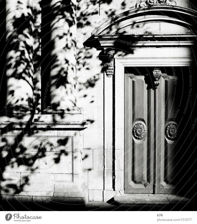puerta Tür Tor Portal Eingang alt Säule Licht Schatten Baum Holztür Dekoration & Verzierung Schnörkel Architektur Schwarzweißfoto Eingangstür