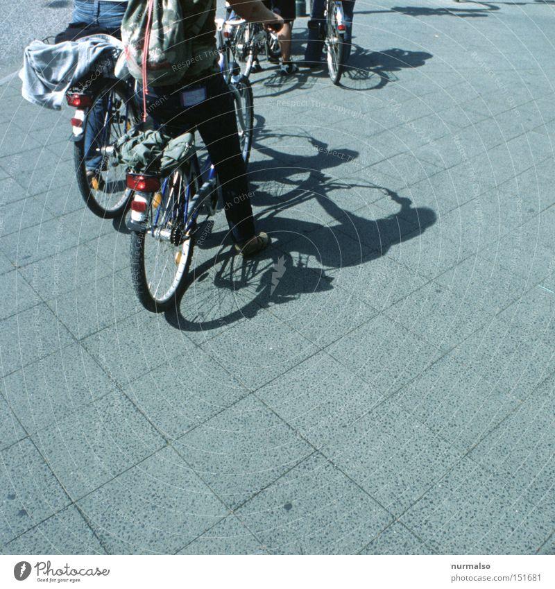 wohin fahren sie denn? Fahrrad Fahrer Wege & Pfade Sauberkeit modern Pedal Schatten Bürgersteig Fahrradweg Ampel stoppen Stein Straßenbelag Verkehrswege
