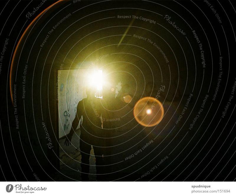 Besucher UFO außerirdisch Außerirdischer Licht Lichtstrahl Teleportation dunkel blenden fremdartig Einsamkeit gehen Stern Weltall Angst Panik gefährlich Frieden