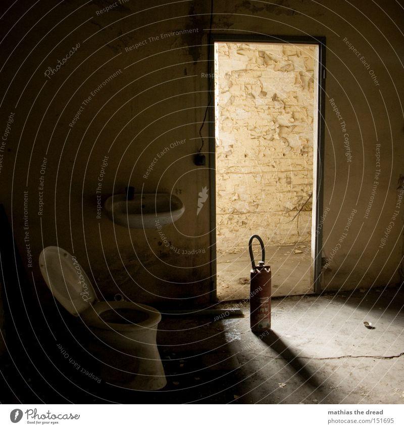 FALLS ES MAL WIEDER BRENNT! Toilette Feuerlöscher Einsamkeit verfallen Waschbecken Raum Licht Tür ruhig Menschenleer schön Idylle Schatten dunkel