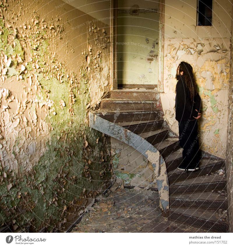 AUFSTEIGER Treppe alt Einsamkeit stehen Lichteinfall Sonnenlicht Farbe Farbstoff platzen schäbig Linie Raum staubig warten verfallen Mann schön dreckig