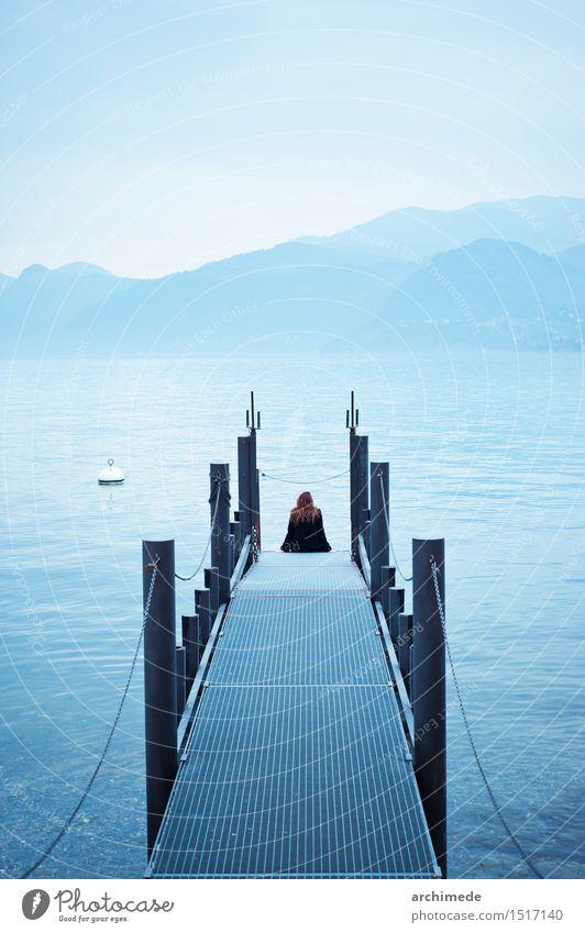 Frau Ferien & Urlaub & Reisen blau Meer Erholung Landschaft Einsamkeit Erwachsene Lifestyle Denken See Freizeit & Hobby sitzen Abenteuer entdecken Fernweh