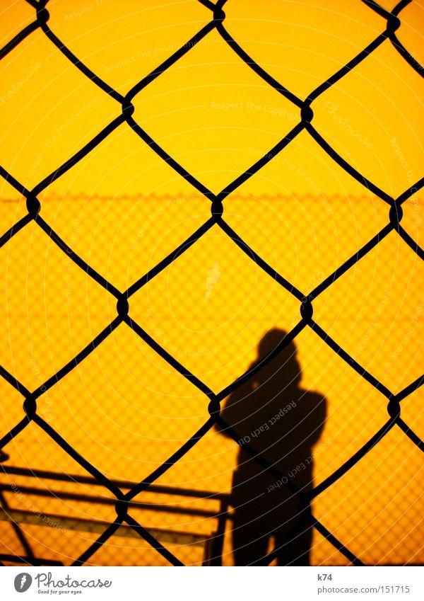 Barriere Mensch Mann gelb Angst Zaun Grenze gefangen Panik Justizvollzugsanstalt privat Kuba Hürde Guantanamo