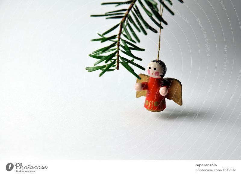 Einsamer Engel Dekoration & Verzierung Flügel Trauer Einsamkeit Verzweiflung Tannenzweig Holzfigur Tannennadel Farbfoto Gedeckte Farben Hintergrund neutral