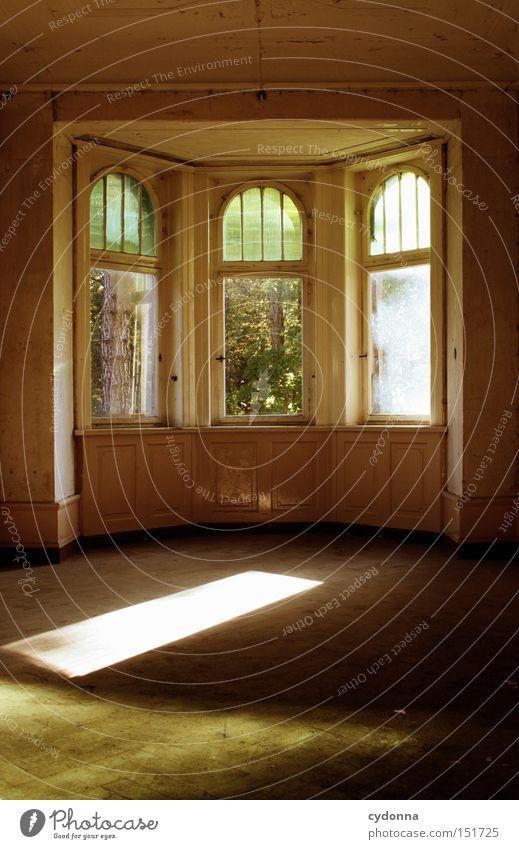 Räumlich Einsamkeit Haus Fenster Zeit Raum Häusliches Leben Vergänglichkeit verfallen Nostalgie Villa Klassik altmodisch Leerstand Fensterrahmen Jahrhundert