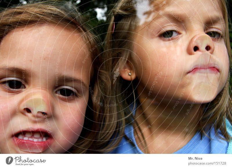 doppelpack Kind Fenster Mädchen Freude Gesicht Handwerker Paar 2 Nase paarweise Fensterscheibe Grimasse Unsinn erstaunt Humor Steckdose