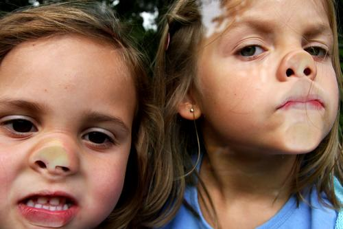 doppelpack Steckdose Unsinn Fensterscheibe Gesicht Grimasse Gebäudereiniger Mädchen Glasscheibe Paar 2 Kind Freude erstaunt Nase miss piggy face paarweise