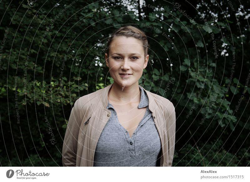 Guten Tag schön Zufriedenheit Ferien & Urlaub & Reisen Junge Frau Jugendliche Gesicht 18-30 Jahre Erwachsene Natur Schönes Wetter Sträucher Wald Jacke Top