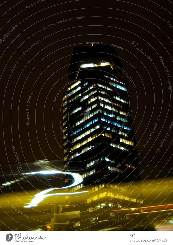 Taxi KFZ Hochhaus Stadt Geschwindigkeit Bürogebäude Nacht Arbeit & Erwerbstätigkeit Licht fahren Zeit Verkehrswege PKW Business