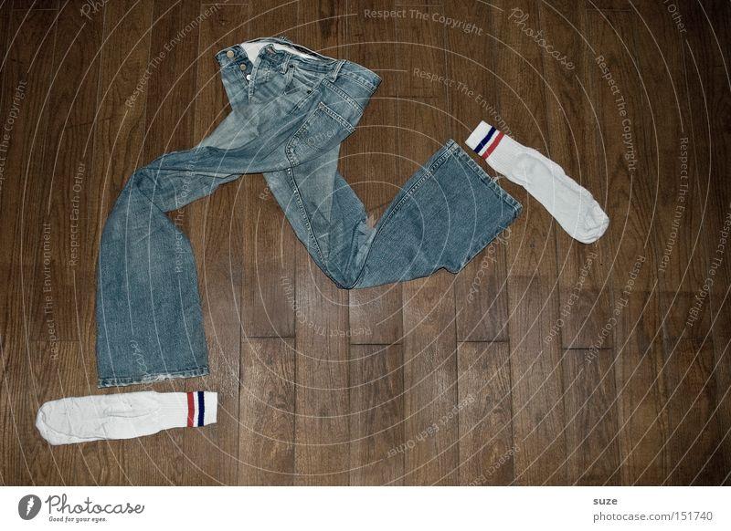 Auf der Flucht Lifestyle Freizeit & Hobby Karriere Mode Bekleidung Hose Jeanshose Strümpfe Holz laufen rennen lustig verrückt blau braun Bodenbelag Panik