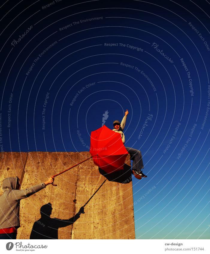 ICKE GEGEN ER Mensch Mann Jugendliche Sommer Freude springen Mauer Kunst warten fliegen Luftverkehr Regenschirm Wut Sportveranstaltung Ärger Konkurrenz