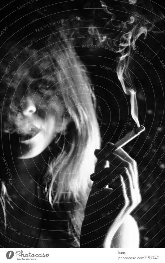 Smoke And Mirrors Zigarette Porträt Frau Spiegel trashig dreckig Rauch Schwarzweißfoto Jugendliche