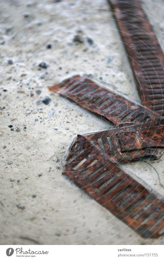 mal 'n echtes Schrottfoto Rost Wertstoff Recycling Verbindung Zusammenhalt Sicherheit Zerstörung Müll Industrie Vergänglichkeit obskur Stahlband gekickt