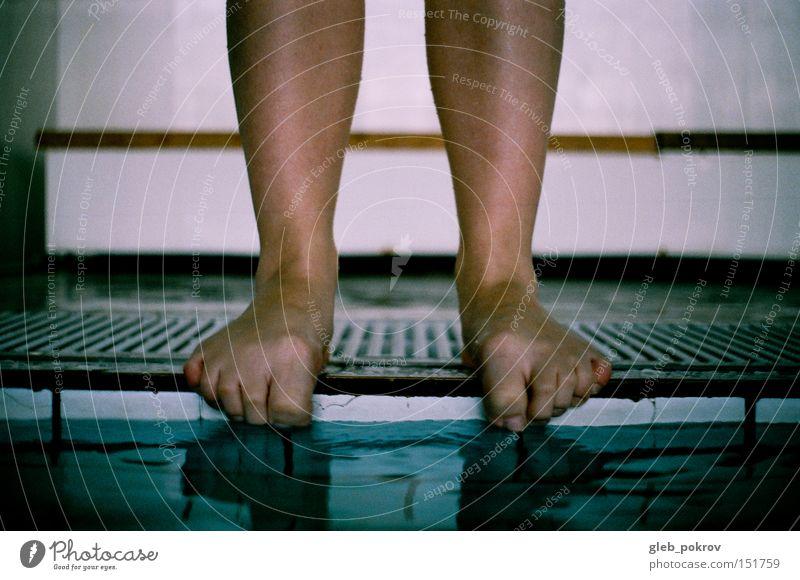 Mensch Wasser Mädchen blau kalt Beine Wassertropfen Finger stehen Dinge Vorhang Tribüne
