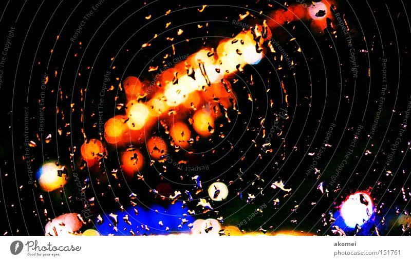 leichter Regen Stadt Lampe Farbe Fenster Wasser Tropfen Stadtlicht Wassertropfen Lichtspiel Farbenspiel leuchtende Farben Leuchtreklame abstrakt Lichtfleck