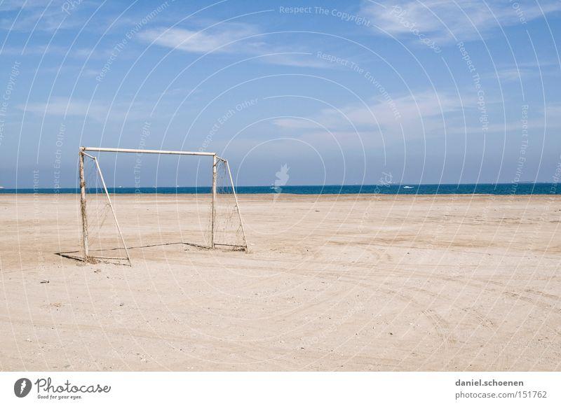 Traumstrand 2 Strand Himmel Horizont blau weiß Surrealismus Meer Wasser Ferien & Urlaub & Reisen Tor Fußball Wolken verfallen Küste
